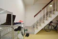 靴はラックに置きます。階段を上がって2Fがリビングです。(2015-01-15,周辺環境,ENTRANCE,1F)
