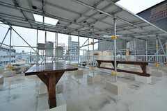 屋上の様子。テーブルが置かれています。屋根にはソーラーパネルが設置されています。(2015-01-15,共用部,OTHER,4F)