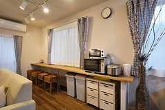 カウンター脇にはキッチン家電が置かれています。(2015-06-05,共用部,OTHER,1F)