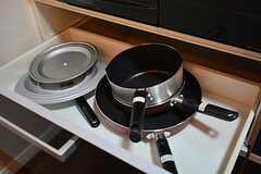 鍋類はコンロ下に収納されています。(2015-06-05,共用部,KITCHEN,1F)