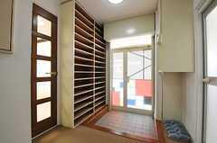 内部から見た玄関まわりの様子。左手のドアの先にリビングがあります。(2013-09-12,周辺環境,ENTRANCE,1F)