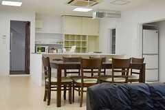 ダイニングテーブルの様子2。 ※事業者様提供素材(2013-10-31,共用部,LIVINGROOM,1F)