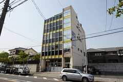 建物の外観。3Fがシェアハウスです。(2013-04-18,共用部,OUTLOOK,1F)
