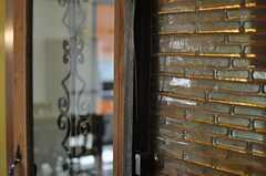 ドアまわりには味のあるガラス壁が用いられています。(2013-04-18,共用部,OTHER,3F)