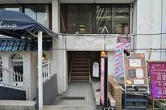 マンションのエントランス。美容院や陶芸教室なども同じビル内にあります。(2014-12-24,周辺環境,ENTRANCE,1F)