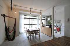 ダイニング・テーブルの天板はスライドさせて伸ばす事ができます。右手の奥にキッチンが見えます。(2011-08-09,共用部,LIVINGROOM,1F)