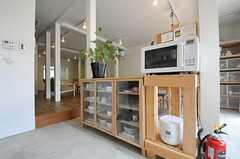 キッチン家電の様子。レンジと炊飯器の置かれた台は事業者さんの手作りです。(2011-08-09,共用部,KITCHEN,1F)