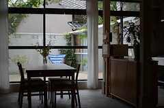 掃き出し窓からはウッドデッキの敷かれたテラスに出られます。(2011-08-09,共用部,OTHER,1F)