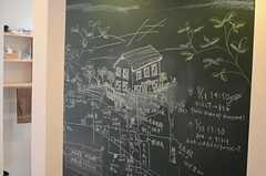リビングの黒板。地域情報がみっちりと記載されています。黒板裏が洗面台とバスルームです。(2011-08-09,共用部,OTHER,1F)