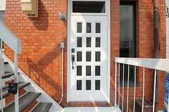 シェアハウスの玄関ドアの様子。(2012-08-17,周辺環境,ENTRANCE,3F)
