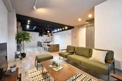 ラウンジの様子。ソファエリアの奥にダイニング・キッチンがあります。(2017-03-21,共用部,LIVINGROOM,1F)
