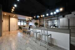 キッチンの対面には、カウンターテーブルがあります。(2017-03-21,共用部,LIVINGROOM,1F)