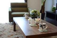 照明は調光機能付き。テーブル上の細長い棒がリモコンです。(2013-02-26,共用部,LIVINGROOM,4F)