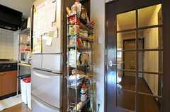 冷蔵庫脇はストッカー。(2012-10-26,共用部,KITCHEN,5F)