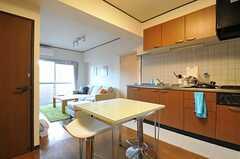 ダイニングテーブルは少し高め。(2012-10-26,共用部,KITCHEN,5F)