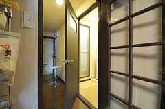 キッチンの隣は脱衣室。奥の玄関は使用できないようになっています。(2012-10-26,共用部,BATH,5F)