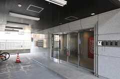 正面玄関は、オートロックの自動ドアです。(2012-12-09,周辺環境,ENTRANCE,1F)