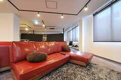 存在感のある赤いソファ。(2012-12-09,共用部,LIVINGROOM,3F)