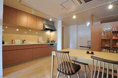 キッチンも木目調の色を使用しています。(2012-12-09,共用部,KITCHEN,4F)