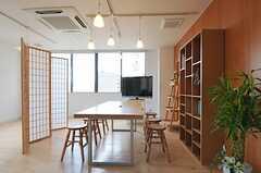 大きめのテーブルも使い勝手が良さそう。(2012-12-09,共用部,LIVINGROOM,4F)