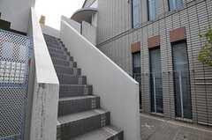 玄関は階段を上がった右手にあります。(2013-02-25,共用部,OUTLOOK,1F)