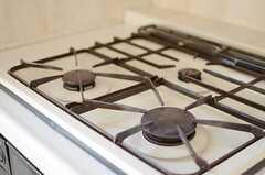 ガスコンロは3口。少しレトロな、味わいある雰囲気です。(2013-02-25,共用部,KITCHEN,2F)