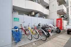 自転車置場の様子。マンションの住人さんと共用です。(2012-10-26,共用部,GARAGE,1F)