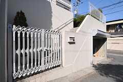 玄関は門扉を抜けて、階段を上がった先にあります。(2013-02-25,共用部,OUTLOOK,1F)