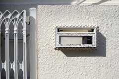 門扉の脇には、ポストとカメラ付きインターホンが設置されています。(2013-02-25,共用部,OTHER,1F)