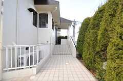 玄関までのアプローチ。とても幅が広いです。(2013-02-25,周辺環境,ENTRANCE,1F)