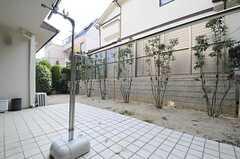庭の様子。物干しもできます。(2013-02-25,共用部,OTHER,1F)