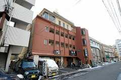 シェアハウスの外観。4、5階がシェアハウスです。1階には飲食店が入っています。(2012-02-03,共用部,OUTLOOK,1F)