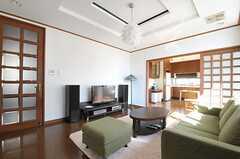 リビングの様子2。奥にダイニング・キッチンがあります。(2012-02-03,共用部,LIVINGROOM,4F)
