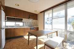 ダイニングの様子。掃き出し窓からベランダへ出られます。(2012-02-03,共用部,LIVINGROOM,4F)