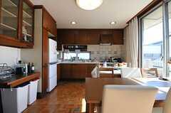調理した料理がすぐ運べるよう、キッチンはすぐ隣。(2012-02-03,共用部,LIVINGROOM,4F)