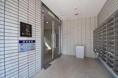 ガラスのドアはオートロックになっています。対面にはマンション全体の郵便ポストがあります。(2011-10-16,周辺環境,ENTRANCE,1F)