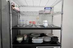 食器棚の様子。飲食店舗用のグラスがあります。(2011-10-16,共用部,KITCHEN,14F)