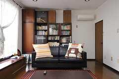 リビングの様子4。本棚にはオーナーさん所有の本が並んでいます。(2012-05-09,共用部,LIVINGROOM,1F)