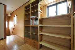 廊下の様子2。収納には入居者さんが私物を置くことができます。(2012-05-09,共用部,OTHER,2F)