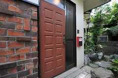 シェアハウスの玄関ドアの様子。(2011-06-11,周辺環境,ENTRANCE,1F)