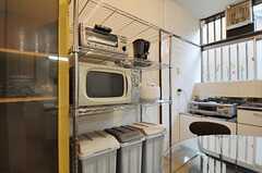 キッチン家電とゴミ箱の様子。(2011-06-11,共用部,KITCHEN,1F)
