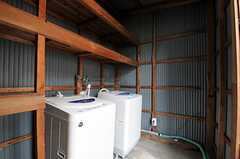 小屋の中には洗濯機が2台あります。(2011-06-11,共用部,LAUNDRY,1F)