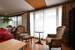窓辺のソファ席。(2017-07-11,共用部,LIVINGROOM,2F)