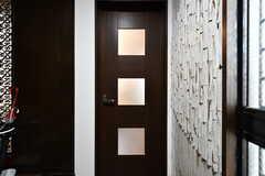 専有部のドア。玄関脇から靴のまま入れます。(101号室)(2017-07-11,専有部,ROOM,1F)