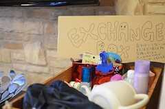 EXCHANGE BOXの様子。入居者さんが不要になった品を持ち寄り、必要な方がいれば自由に持っていけるシステム。(2013-03-22,共用部,OTHER,1F)