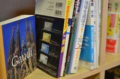 本棚には旅行、料理、地域情報など多くの本が置かれています。(2013-03-22,共用部,OTHER,1F)