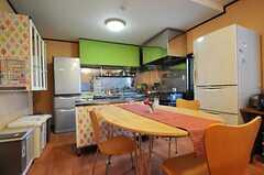 ダイニング・テーブル越しのキッチン。クロスが可愛らしい。(2013-03-22,共用部,LIVINGROOM,1F)
