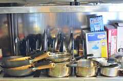 コンロ下は鍋類の収納場所です。(2013-03-22,共用部,KITCHEN,1F)