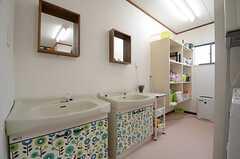 洗面台の様子。奥に洗面用具置き場があります。(2015-04-21,共用部,OTHER,1F)