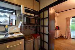 キッチンの脇にキッチン家電が用意されています。(2017-10-17,共用部,KITCHEN,1F)